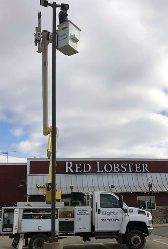 Retrofitting a parking lot pole light to LED outside Red Lobster