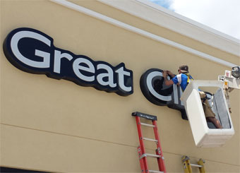 New building signs installed at great clips in Peoria
